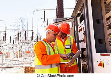 dos, eléctrico, ingenieros, usar la computadora portátil, computadora