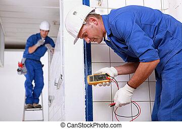 dos, eléctrico, inspectores, en, sitio del trabajo