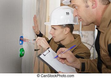 dos, electricista, trabajadores, en, cableado, cable, y, interruptor ligero