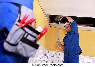 dos, electricista, trabajo encendido, techo, electrics