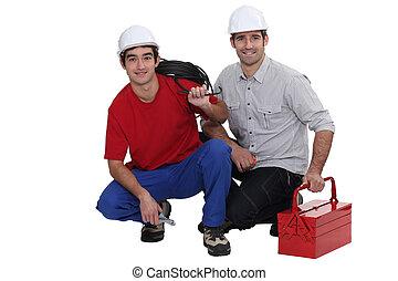dos, electricistas, agachar abajo