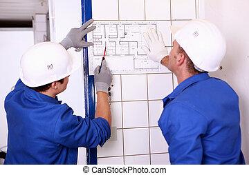 dos, electricistas, inspeccionar, eléctrico, plan