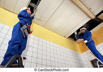 dos, electricistas, reparación, techo, cableado
