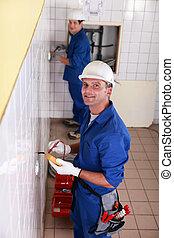 dos, electricistas, trabajando
