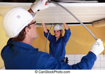 dos, electricistas, trabajo encendido, el, techo
