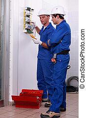 dos, electricistas, verificar, fuente de alimentación