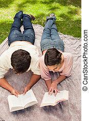 dos, elevado, abajo, mientras, lectura, amigos, acostado, vista