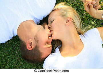 dos, encantador, mujer hombre, caucásico, besar, en, pasto o césped