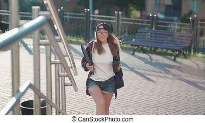 dos, escaliers., habillement, derrière, habillé, time., heureux, désinvolte, elle, café, ordinateur portable, été, jeune, étudiant, boire, coucher soleil, tasse, coffee., tenue femme, haut, femme, sac à dos