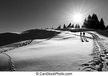 dos, esquí, excursionistas, el caminar hacia, la cumbre, cruz