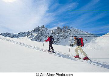 dos, esquí, montañeros, hombres