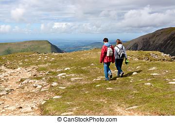 dos, excursionistas, ambulante, en, snowdonia, gales, reino unido