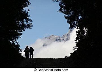 dos, excursionistas, en, su, manera, delante de, panorama de la montaña
