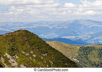dos, excursionistas, posición, en, un, inmenso, montaña, cliff., excursionismo, tourism., potencia, de, naturaleza, concept.