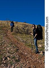 dos, excursionistas, subir, el, montaña