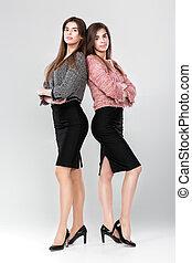 dos, exitoso, mujeres de la corporación mercantil, en, trajes