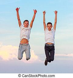 dos, feliz, hombres jóvenes, saltar, arriba, en, el, naturaleza