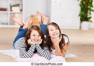 dos, feliz, joven, niñas adolescentes, el poner en el piso