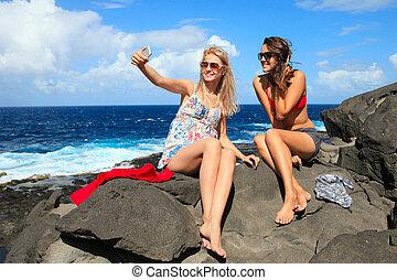dos, feliz, joven, novias, tomar una foto, de, ellos mismos, en la playa, el vacaciones, o, feriado