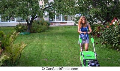 dos, femme, soir, pelouse, blonds, résidentiel, été, jardin, jeune, fauchage