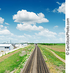 dos, ferrocarril, a, horizonte, en, paisaje verde, debajo, cielo azul, con, cl