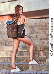 dos, girl, escalier, vue, habillé, montées, skateboard, short, t-shirt, backpack., sexy