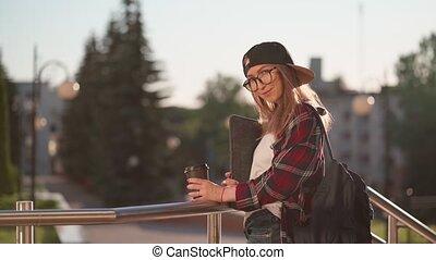 dos, habillement, derrière, habillé, time., city., heureux, désinvolte, elle, café, ordinateur portable, marche, été, jeune, étudiant, boire, autour de, coucher soleil, tasse, coffee., tenue femme, femme, sac à dos