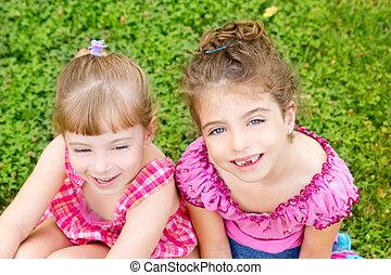 dos, hermana, chicas niños, feliz, en, el, pasto o césped