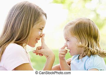 dos, hermanas, juego, aire libre, y, sonriente