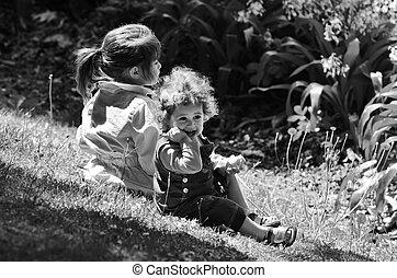 dos, hermanas, juego, al aire libre