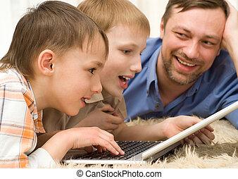 dos, hermanos, juego, en, un, computador portatil