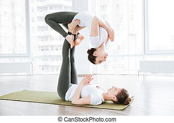 dos, hermoso, mujeres jóvenes, extensión, y, practicar, acro, yoga, ejercicios