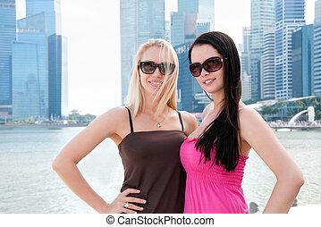 dos, hermoso, sonriente, mujeres, en, singapur