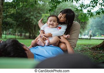 dos, hijas, estómago, sentado, padre, felizmente