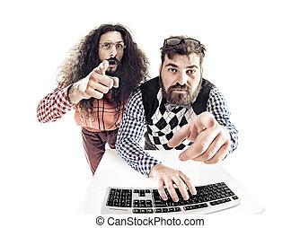 dos, hilarante, nerds, mirar fijamente, en, el, monitor