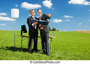 dos, hombres de negocios, en, campo