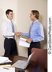 dos, hombres de negocios, en, oficina, sacudarir las manos
