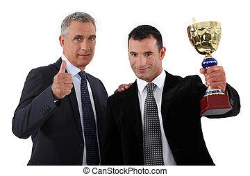 dos, hombres de negocios, teniendo trofeo