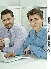 dos, hombres de negocios, trabajo encendido, un, computador portatil