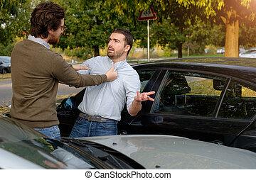 dos hombres, discusión, después, un, accidente de coche, sobre el calle