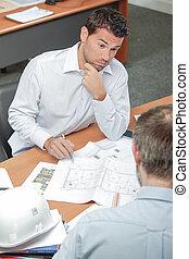 dos hombres, discutir, planos
