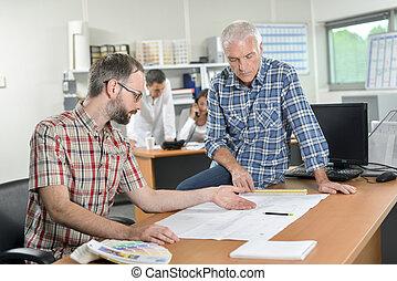 dos hombres, en, oficina