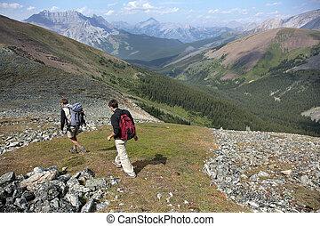 dos hombres, excursionismo, en, montaña