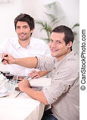 dos, hombres jóvenes, almorzar