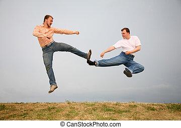 dos hombres, patear, en, salto