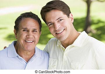dos hombres, posición, aire libre, sonriente