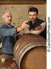 dos hombres, verificar calidad, de, vino
