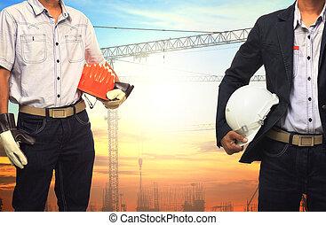 dos, ingeniero, hombre, trabajando, con, blanco, casco de seguridad, contra, grúa, y, construcción edificio, sitio, uso, para, ingeniería civil, y, construcción, industrial, empresa / negocio