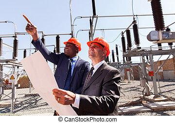 dos, inspectores, trabajando, en, eléctrico, subestación