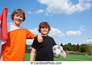 dos, joven, estudiantes, en, campo del fútbol